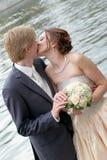 Romantischer Kuss der Braut und des Bräutigams Stockfotografie