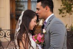 Romantischer Kuss in der Stirn stockfotografie