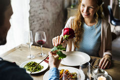 Romantischer Mann, der der Frau auf einem Datum eine Rose gibt Lizenzfreie Stockfotos