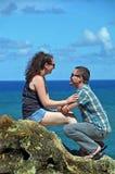 Romantischer Mann, der Heirat auf verbogenen Knien vorschlägt Lizenzfreies Stockfoto