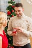 Romantischer Mann, der zu einer Frau vorschlägt Stockfotografie
