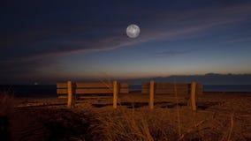 Romantischer Mond am Strand Lizenzfreie Stockfotografie