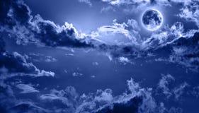 Romantischer nächtlicher Himmel beleuchtete durch Vollmond Stockfotografie