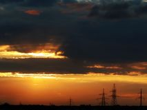 Romantischer orange Sonnenuntergang zerrissen stockbilder