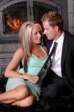 Romantischer Paarkamin spielerisch Stockfotos