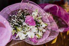 Romantischer rosa Blumenstrauß von bunten Frühlingsblumen Lizenzfreies Stockfoto