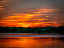 Romantischer Sonnenuntergang über dem See stockbild