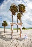 Romantischer Strandhochzeitsbogen Stockbild