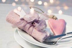 Romantischer Tischschmuck für ein Weihnachtsessen Stockfotos