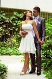 Romantischer und liebevoller Gefährte und Mädchen auf Hochzeit Lizenzfreie Stockfotos