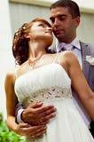Romantischer und liebevoller Gefährte und Mädchen auf Hochzeit Stockbilder