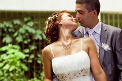 Romantischer und liebevoller Gefährte und Mädchen auf Hochzeit Lizenzfreie Stockbilder
