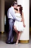 Romantischer und liebevoller Gefährte und Mädchen auf Hochzeit Stockfotos