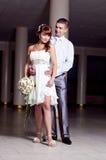 Romantischer und liebevoller Gefährte und Mädchen auf Hochzeit Stockbild
