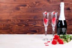 Romantischer Valentinstag mit Gläsern mit Rosen und Herzen, cha Lizenzfreie Stockbilder