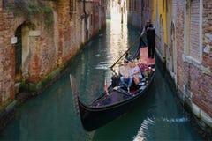Romantischer Weg auf der Gondel Venedig Lizenzfreie Stockfotos