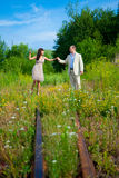 Romantischer Weg entlang dem Gleis Stockfotos