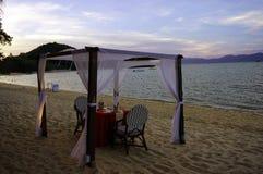 Romantisches Abendessen auf dem Strand Stockbild