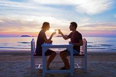 Romantisches Abendessen auf dem Strand im Luxusrestaurant lizenzfreie stockbilder