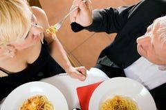 Romantisches Abendessen der fälligen Paare lizenzfreies stockfoto
