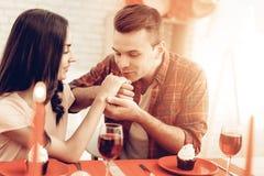 Romantisches Abendessen des glücklichen Paars an Valentinsgruß ` s Tag lizenzfreies stockfoto