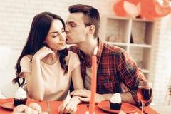 Romantisches Abendessen des glücklichen Paars an Valentinsgruß ` s Tag lizenzfreie stockfotografie