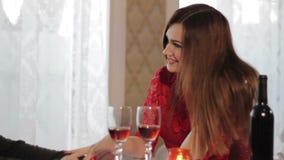Romantisches Abendessen des Mädchens und des Kerls stock video footage