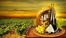 Romantisches Abendessen des Weins und des Käses im Freien Stockfoto