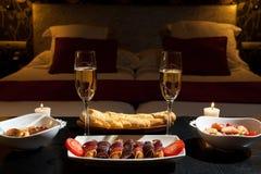 Romantisches Abendessen in einem luxuriösen Hotel lizenzfreie stockfotografie