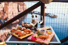 Romantisches Abendessen für zwei bei Sonnenuntergang Weißwein und geschmackvoller Italiener Lizenzfreie Stockbilder