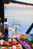 Romantisches Abendessen für zwei bei Sonnenuntergang Weißwein und geschmackvoller Italiener Stockfoto
