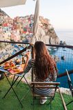 Romantisches Abendessen für zwei bei Sonnenuntergang Weißwein und geschmackvoller Italiener Stockfotos