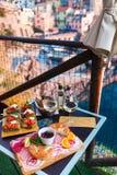 Romantisches Abendessen für zwei bei Sonnenuntergang Weißwein und geschmackvoller Italiener Stockbilder