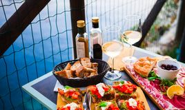 Romantisches Abendessen für zwei bei Sonnenuntergang Weißwein und geschmackvoller Italiener Lizenzfreie Stockfotografie