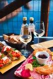 Romantisches Abendessen für zwei bei Sonnenuntergang Weißwein und geschmackvoller Italiener Lizenzfreie Stockfotos