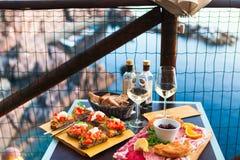 Romantisches Abendessen für zwei bei Sonnenuntergang Weißwein und geschmackvoller Italiener Stockbild