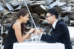 Romantisches Abendessen im Autofriedhof Lizenzfreie Stockbilder