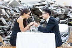 Romantisches Abendessen im Autofriedhof Stockfotografie