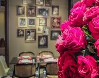 Romantisches Abendessen-Konzept, Blumenstrauß von roten Rosen mit Unschärfe-Speisetische im Hintergrund für Valentine Event Stockfotografie