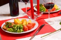 Romantisches Abendessen mit Kerzen Stockfoto