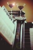 Romantisches Abendessen mit Klaviermusik und -wein Stockfotos