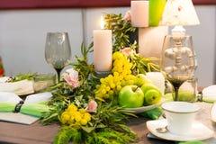 Romantisches Abendessen, Tabelle mit Dekoration, niemand lizenzfreie stockbilder