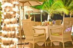Romantisches Abendessen unter Weihnachtsleuchte Lizenzfreies Stockbild