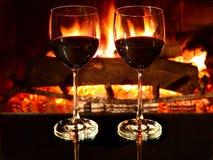Romantisches Abendessen, Wein, Kamin Lizenzfreie Stockfotos