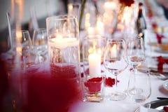 Romantisches candlelit Abendessengedeck lizenzfreies stockfoto