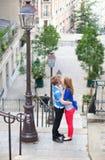Romantisches Datum an den Straßen von Montmartre Stockfoto