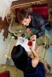 Romantisches Datum des jungen glücklichen Paars am Restaurant Lizenzfreie Stockfotografie