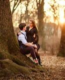 Romantisches Datum des Liebens von jungen Paaren im klassischen Kleid in den Märchen Forest Park lizenzfreie stockfotografie