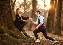 Romantisches Datum des Liebens von jungen Paaren im klassischen Kleid in den Märchen Forest Park stockbild