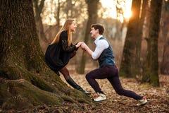 Romantisches Datum des Liebens von jungen Paaren im klassischen Kleid in den Märchen Forest Park stockbilder